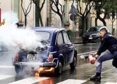 Enna: Auto storica prende fuoco in viale Diaz, i poliziotti mettono in salvo l'anziano automobilista.